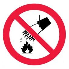 P04 Запрещается тушить водой (Пластик 200 х 200)